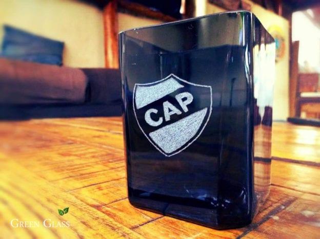 Trabajo de grabado en vidrio personalizado con el escudo del equipo de fútbol Platense en un vaso r