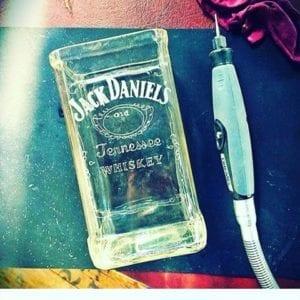 Botella de jack Daniels grabada por nuestra artista Eli Moreno,y cortada por Miguel de Green Glass.