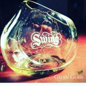 Grabado artesanal de @lizy en una botella de Johnnie Walker Swing cortada por @lanchi para #GreenGla
